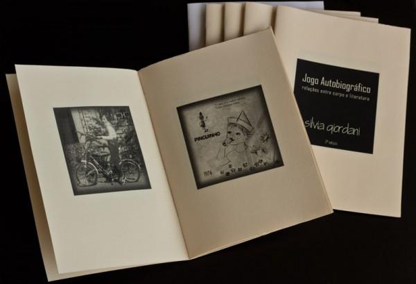 Jogo Autobiográfico - Relações entre corpo e literatura, 2011. Objeto fotográfico, 3 x 14 x 21 cm. 2 ed. Editora 3 Dias. Edição: 7.